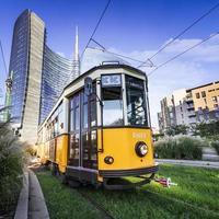 Tram d'epoca sulla strada di Milano, Italia