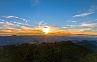 tramonto della montagna hdr