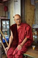 monaco birmano con una tazza di tè in yangon foto