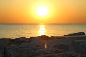tramonto sull'acqua foto