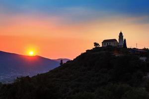 tramonto della chiesa della collina foto
