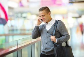 uomo nel centro commerciale
