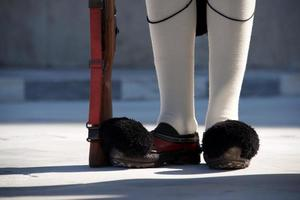scarpe e fucile del guardiano presidenziale greco foto