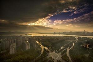 skyline di wuxi dopo la tempesta estiva