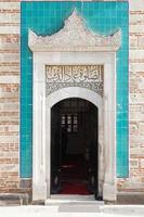 motivi in rilievo in stile arabo, decorazione della vecchia porta foto