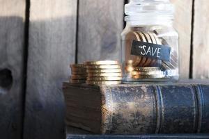 soldi nel bicchiere foto