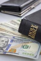 Sacra Bibbia e denaro foto