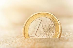 euro moneta nella sabbia foto