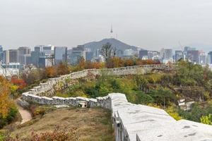 muro della fortezza di Seoul foto