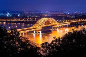 Banghwa Bridge di notte, Corea. foto