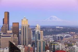 panorama sullo skyline di Seattle al tramonto foto