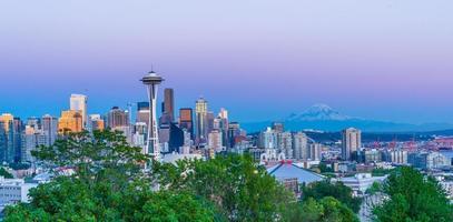 skyline di Seattle con il monte Rainier foto