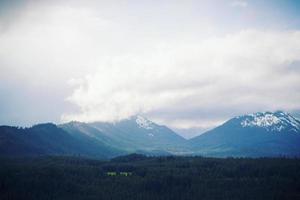 montagne coperte di nuvole foto