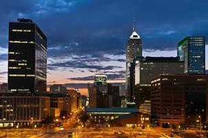 skyline di Indianapolis al tramonto.