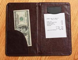 cartella con fattura e denaro foto