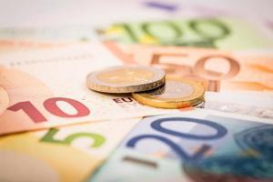 primo piano di banconote e monete foto