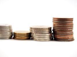 mucchio di monete, soldi tailandesi, isolato su sfondo bianco foto