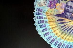 primo piano del dettaglio delle banconote rumene foto