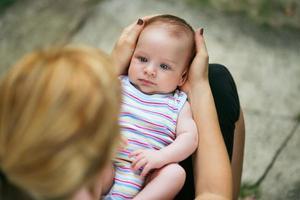 madre amorevole che tiene bambino in grembo foto