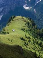 due rifugi di montagna nei prati verdi, dolomiti foto