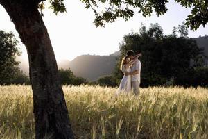 coppia abbracciarsi in campo rurale foto
