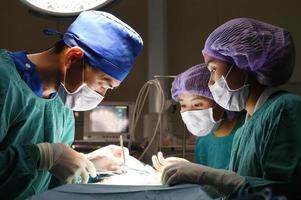 gruppo di ambulatorio veterinario in sala operatoria foto