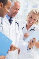 medico che mostra il suo tablet foto