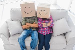 impiegati divertenti che indossano scatole in testa foto