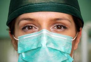 primo piano del chirurgo donna foto