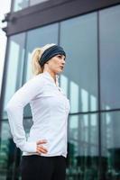 attraente giovane donna pronta per la sua sessione di corsa foto