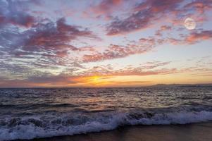 luna al tramonto sulla spiaggia