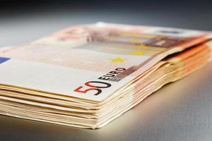 2000 euro su una tavola di metallo lucido foto