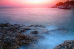 tramonto sulla costa rocciosa foto