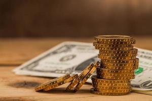 mucchio di monete di denaro sul tavolo foto
