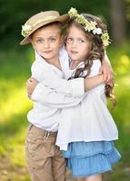 ritratto di un ragazzo e una ragazza in estate