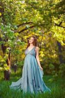 giovane donna incinta rilassante e godersi la vita nella natura foto