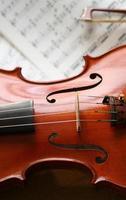 violino con spartito musicale foto