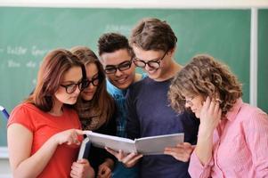 gruppo di giovani che studiano foto