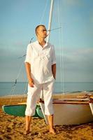 il ritratto degli uomini si avvicina allo yacht foto