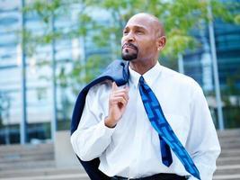 uomo d'affari africano maturo che osserva fuori nella distanza foto