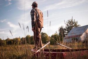 il pescatore dell'agricoltore esamina il cielo calmo foto