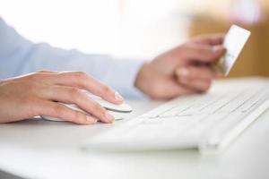 la donna sta acquistando su Internet con il computer