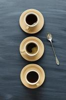 tazze di caffè e un cucchiaio foto