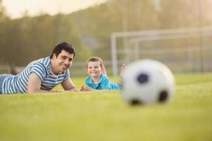 padre e figlio giocano a calcio foto