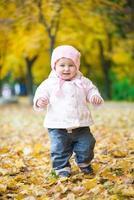 piccolo bambino nel parco foto