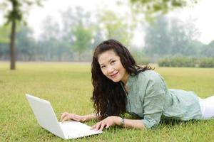 donne anziane che usano il laptop foto