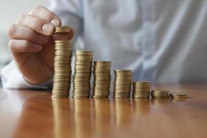 finanze, persona che impila le monete in euro, primo piano foto