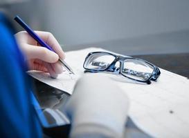 il medico lavora con i dati del paziente foto
