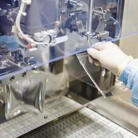lavoro dell'operatore nell'industria farmaceutica per infusione foto