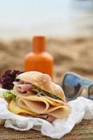 panino su una spiaggia foto